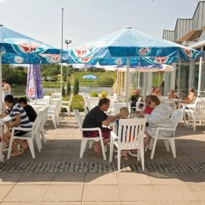 Terrasse mit Gästen im Sommer
