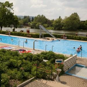 Blick über Schwimmbad