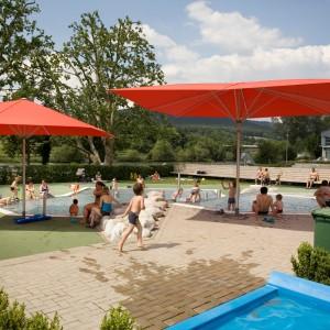Schwimmbad mit Schirmen